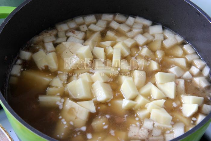 добавляю картофель