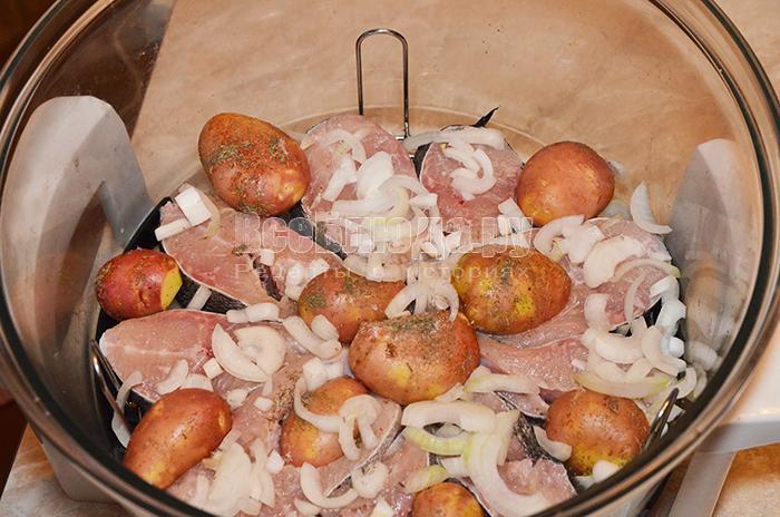уложите картофель и лук