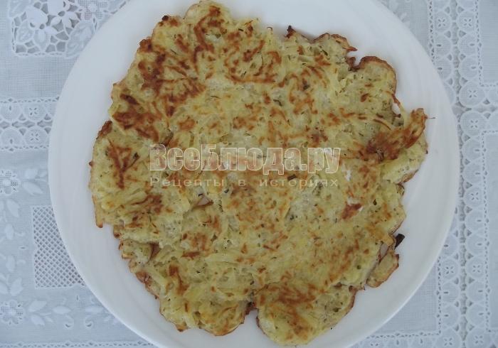 картофельный блин на тарелке