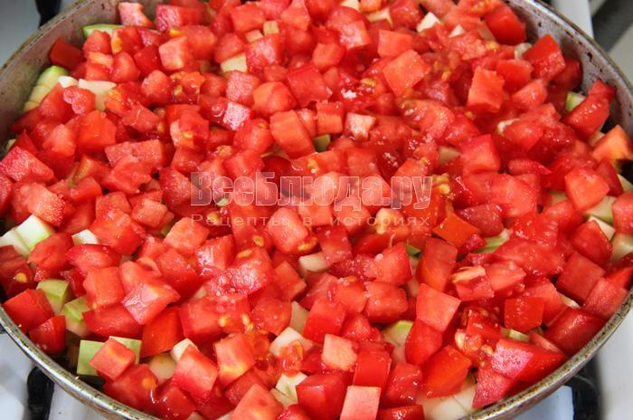 добавляю томаты