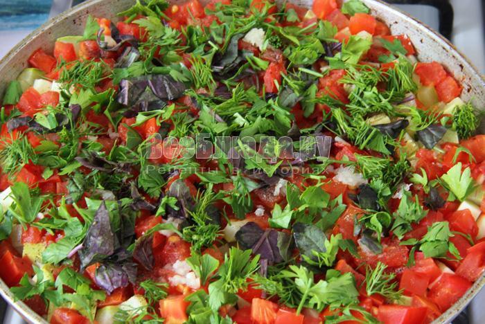 посыпаю блюдо из пшена с овощами зеленью