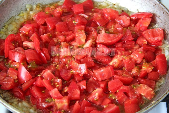 добавляю нарезанные томаты