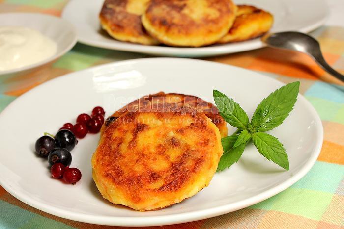 Готовые сырники на тарелке с ягодами