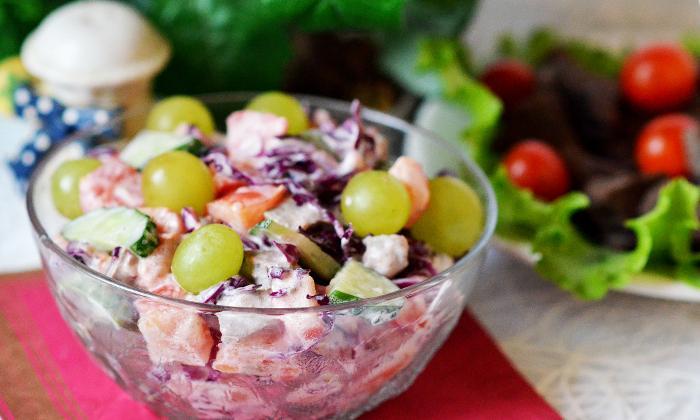Салат (печень, капуста, помидоры, виноград, огурцы)