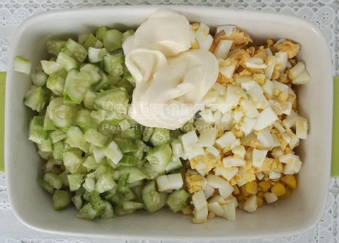 Салат с яйцом огурцом кукурузой