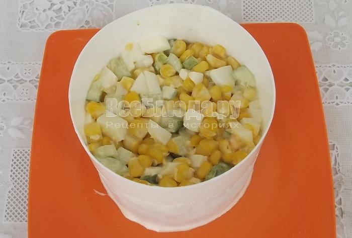 рецепт салата с огурцами яйцами кукурузой