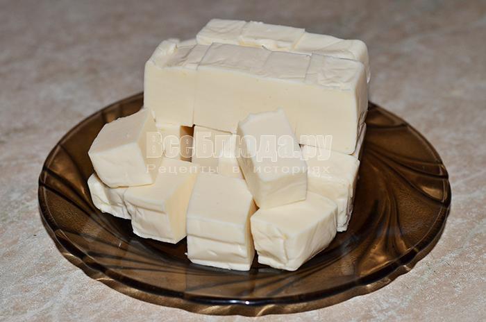 нарежьте сыр кубиками