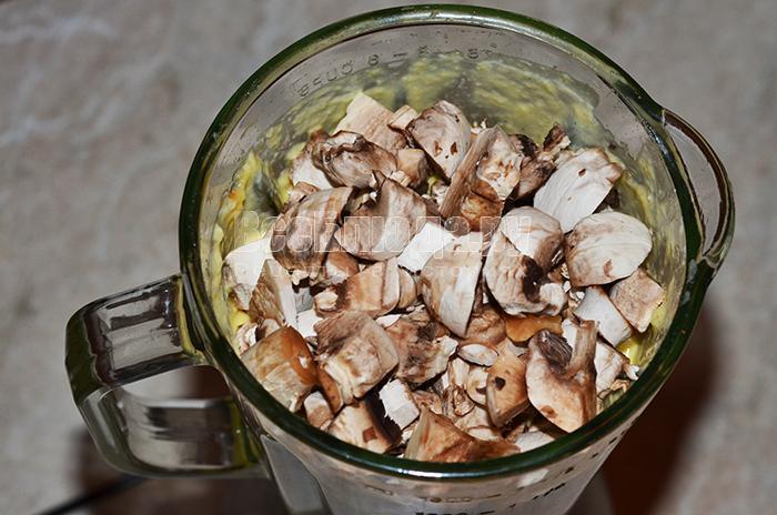 высыпите грибы и масло сливочное