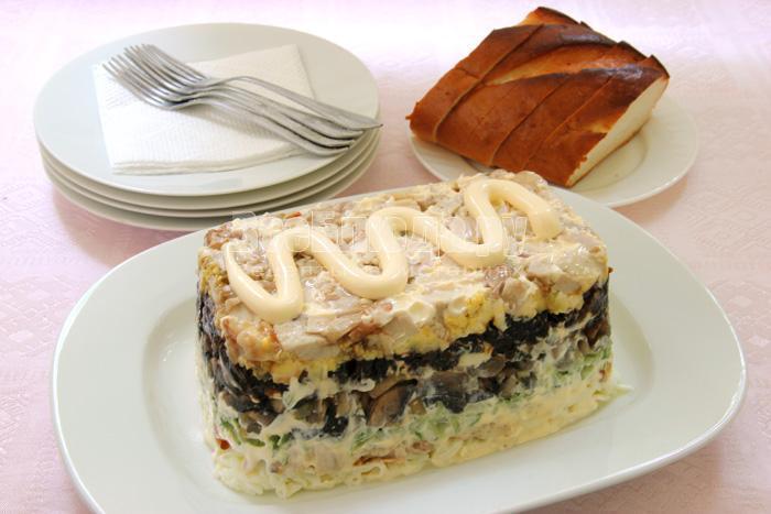 Салат - копченая курица, огурец, яйца, грибы, чернослив (Негреско)