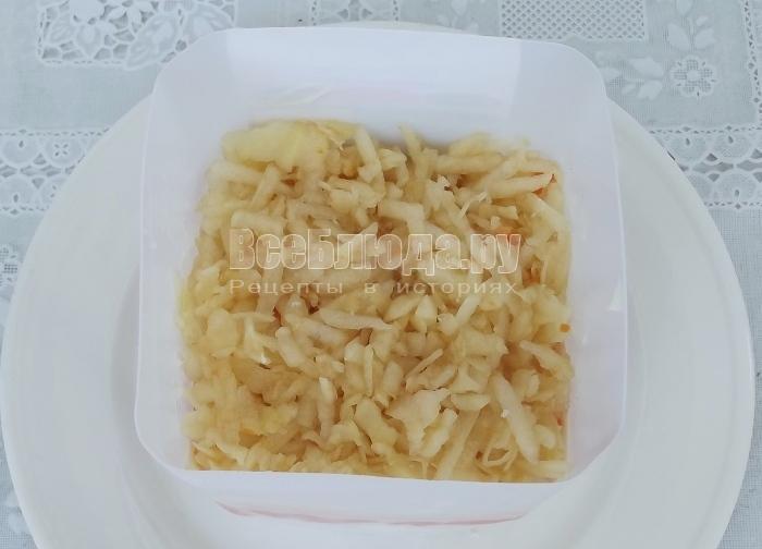 слой тертых яблок