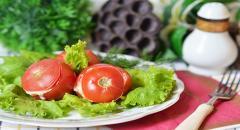 Закуска - свинина, помидоры, сыр и зелень