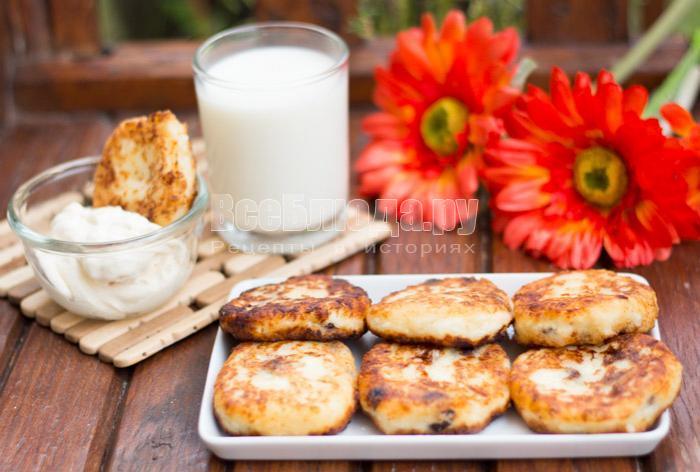 как приготовить сырники с творогом и изюмом