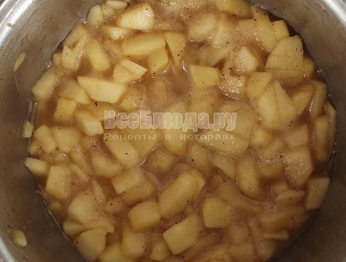 Блины с карамельными яблоками и корицей