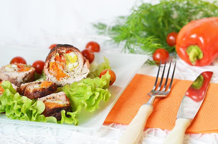 Как приготовить свиной рулет с морковью, перепелиными яйцами и болгарским перцем