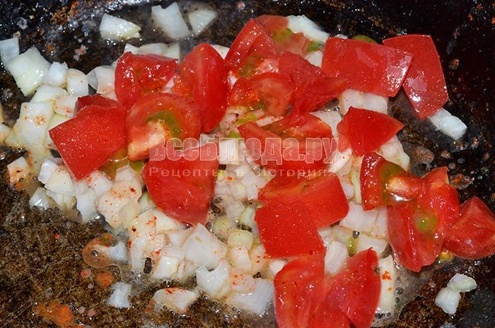 обжарьте помидоры и лук
