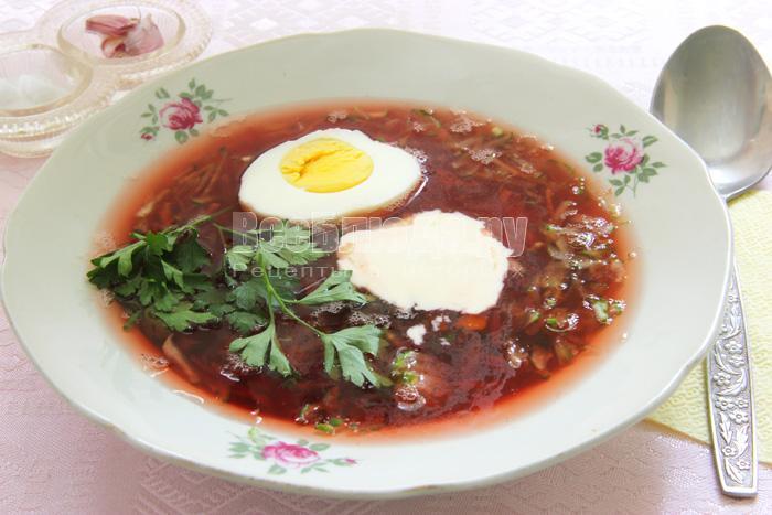 свекольник в тарелке с яйцом и сметаной