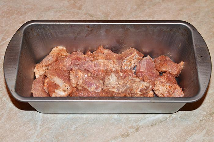 высыпите мясо на противень