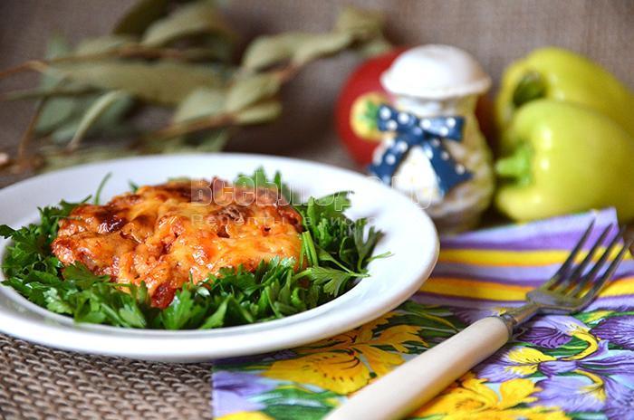 готовое мясо с помидорами и сыром