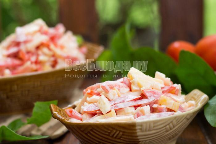 готовый салат из помидоров, яблок и сыра