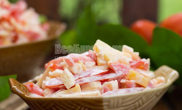 рецепт салата с помидорами, сыром и яблоками