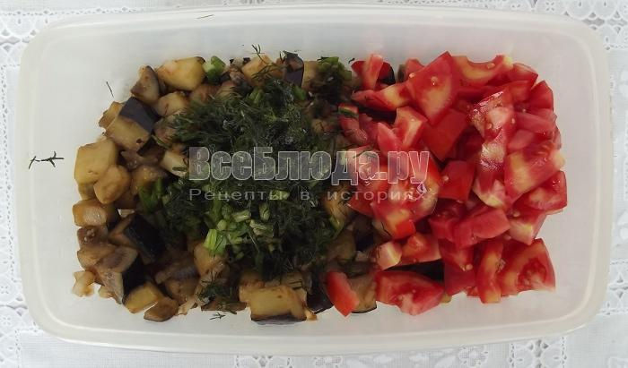 выложить зелень и помидоры
