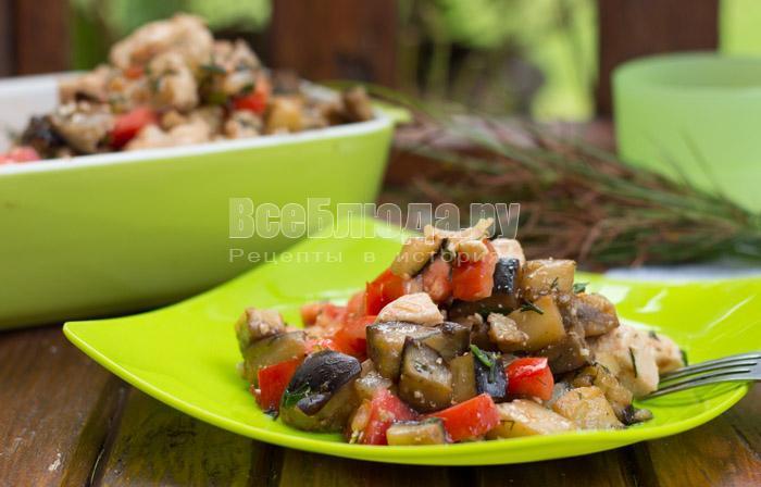 готовый салат с куриным филе, баклажанами, помидорами