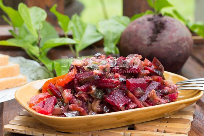 салат из свеклы и помидор и баклажан