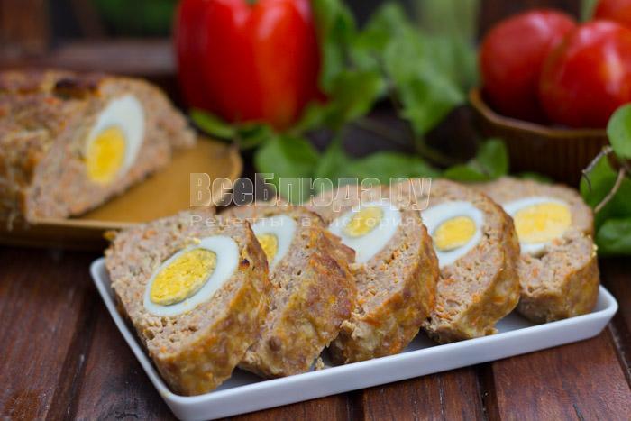 готовый мясной рулет из фарша с яичной начинкой