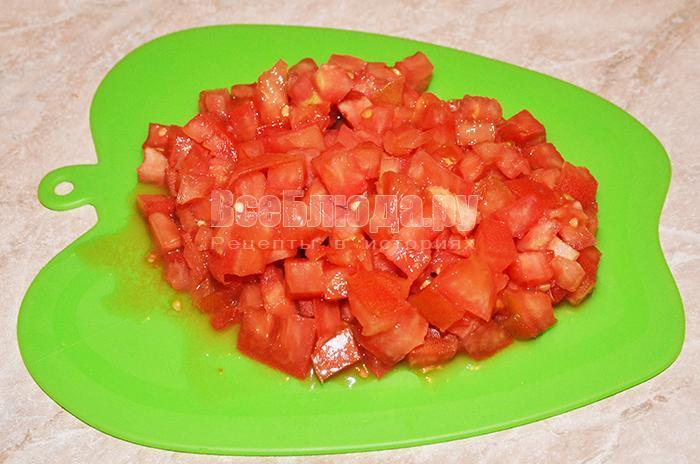 нарежьте помидор кубиками