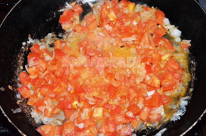 высыпите обжариваться помидоры