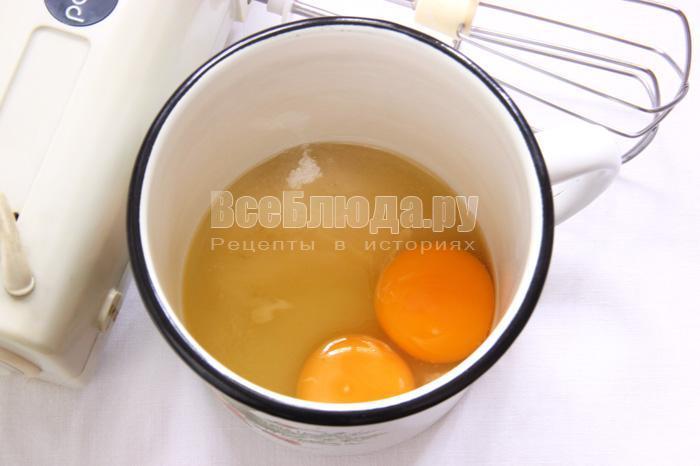 взбиваю яйца с сахаром