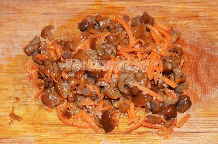 нарежьте морковь и грибы
