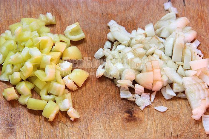 порезать лук и перец