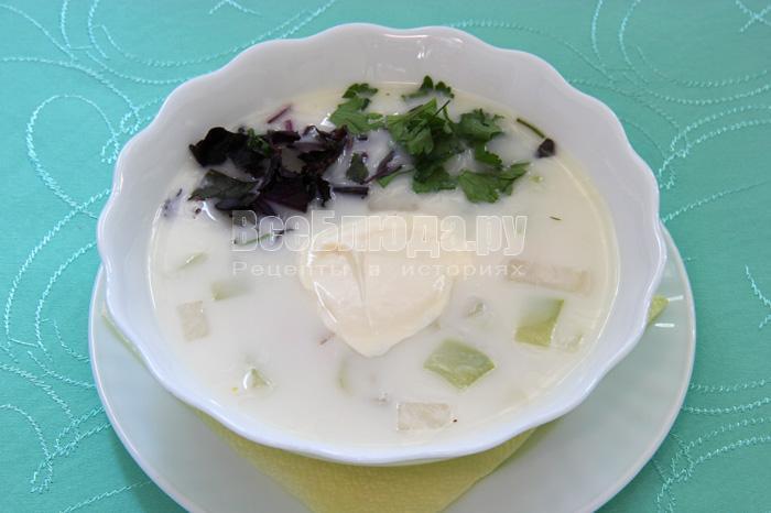 порция белого супа с зеленью и сметаной