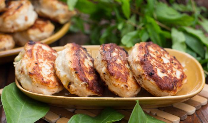 Котлеты из куриного филе с начинкой из яйца, сыра и зелени