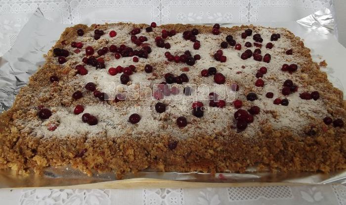 Рецепт рулета с брусникой (медовый корж на терке, крем сгущенка)