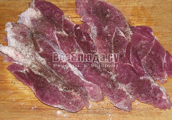 посолите и поперчите мясо