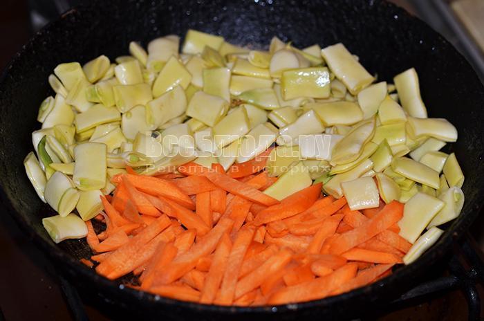 высыпите на сковороду морковь и туршу