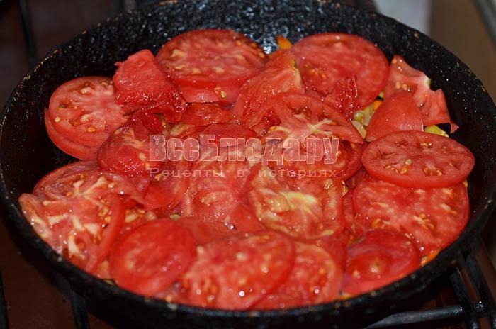 высыпите помидоры на сковороду