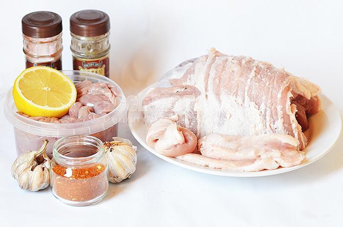 необходимые ингредиенты для приготовления свинной колбасы: