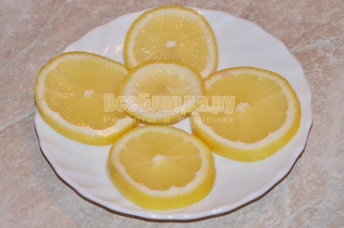 нарежьте лимон