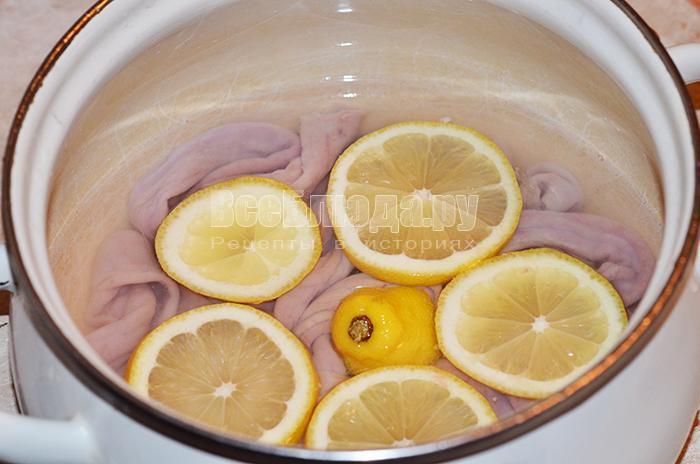 высыпите лимоны в кастрюлю