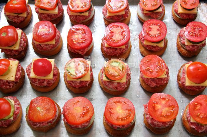 укладываю кусочки томатов