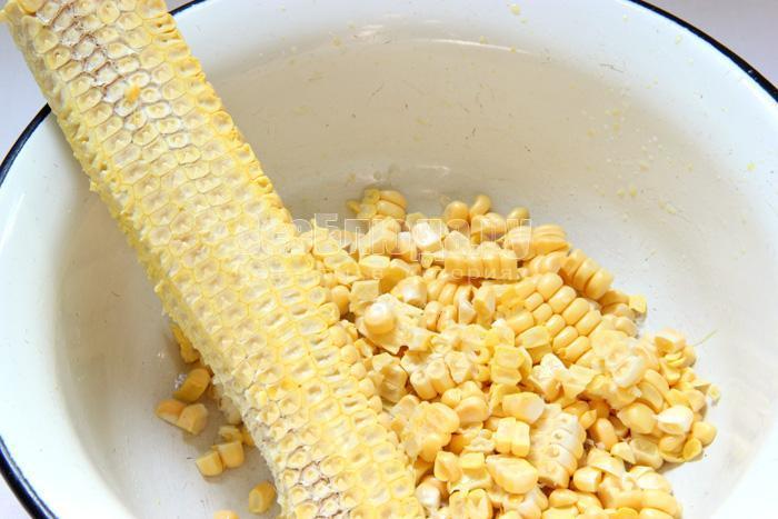 срезаю зерна с кукурузы