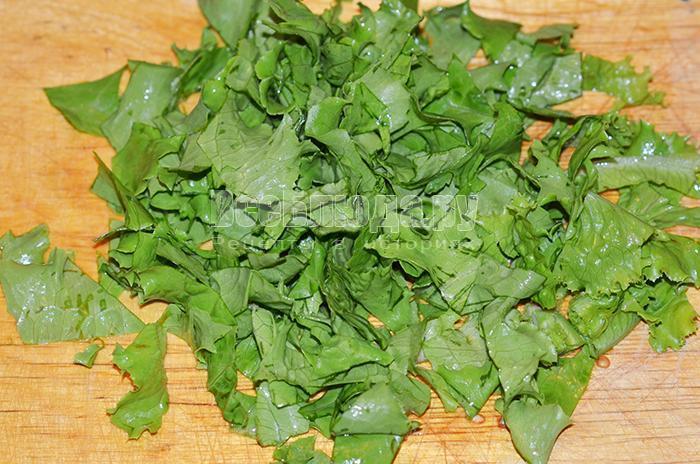 нарежьте листья салата