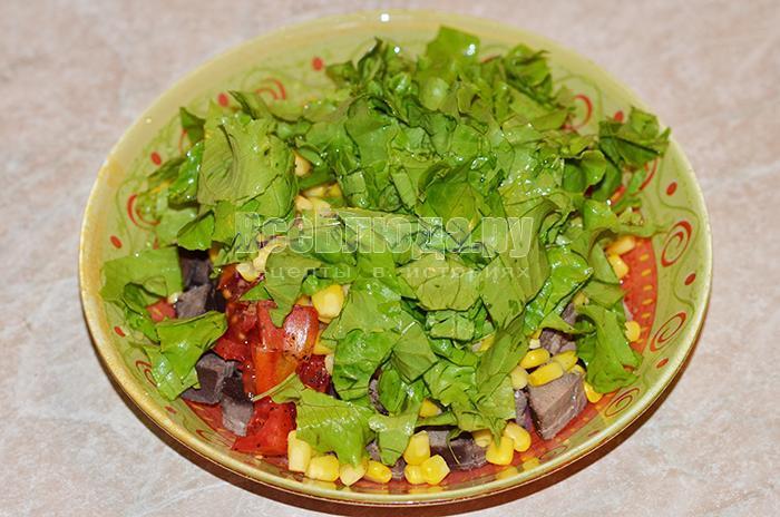 высыпите листья салата