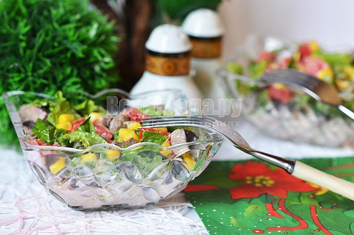 готовый салат с печенью и кукурузой