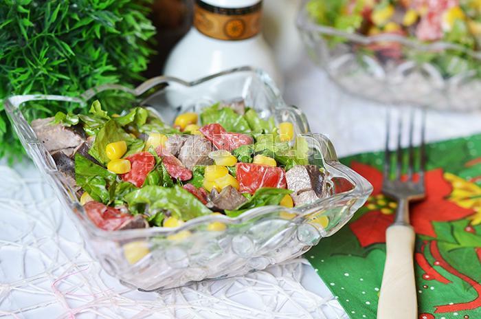 салат из печени, кукурузы, помидоров