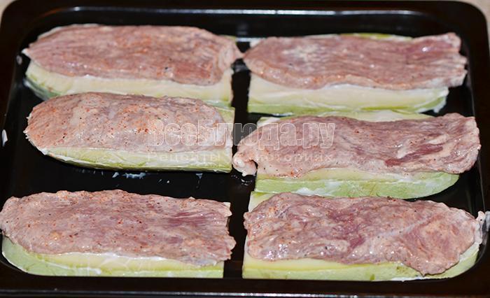 выложите свиное мясо на кабачки