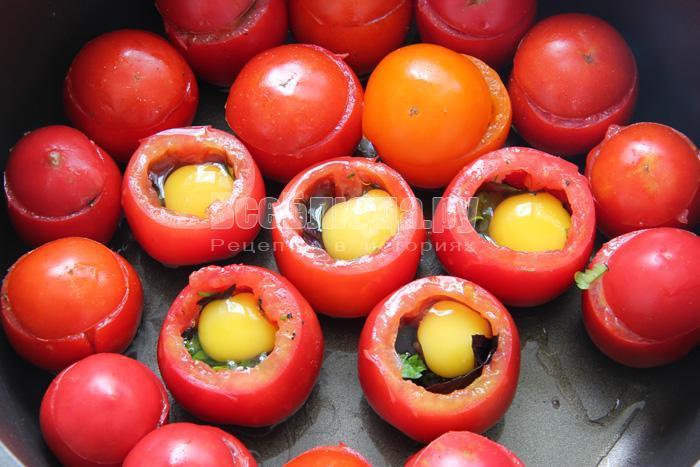 разбить яйцо в помидор